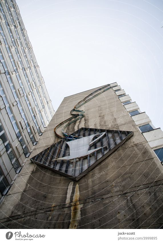 duftender nun kalter Kaffee als Symbol an der Fassade Nachkriegsmoderne DDR Ostalgie retro Bürogebäude Tristesse Hintergrund neutral Haus der Statistik