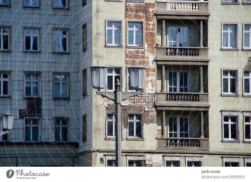 Fassade Karl Marx Friedrichshain Klassizismus alt Balkon Straßenbeleuchtung historisch authentisch Vergangenheit Verfall Ostalgie Zahn der Zeit DDR Schatten