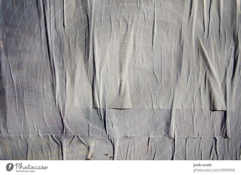weiße faltige überklebte Plakatwand Falten Oberfläche Schichten einfarbig Hintergrundbild abstrakt Detailaufnahme Strukturen & Formen Oberflächenstruktur