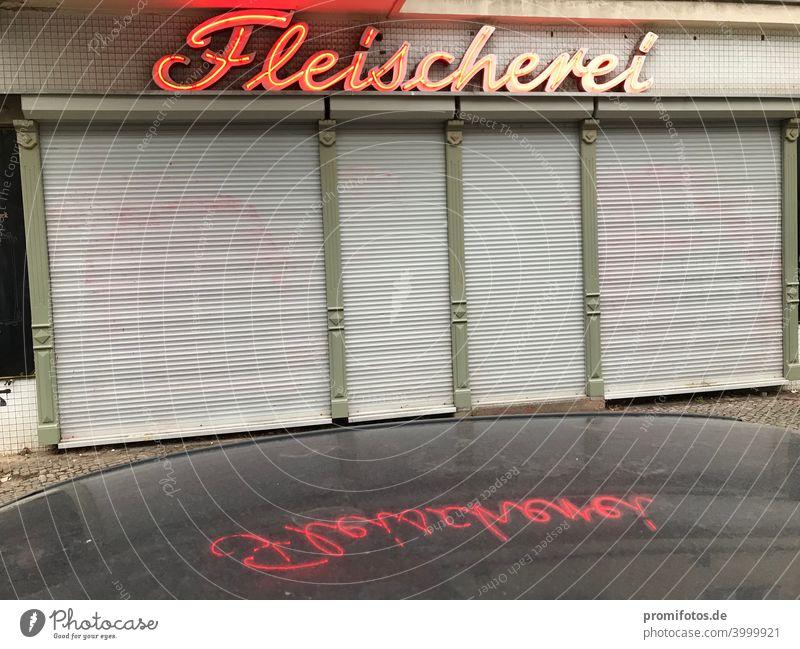 Geschlossenes Geschäft mit Spiegelung Fleischerei auf Autodach. Außenaufnahme. Panoramafreiheit. Foto: Alexander Hauk Querformat Farbfoto Außenaufnahmen Laden