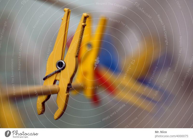 Wäscheklammern Wäscheleine Haushalt hängen Klammer Wäsche waschen aufhängen Haushaltsführung Sauberkeit Häusliches Leben Alltagsfotografie Waschtag gelb