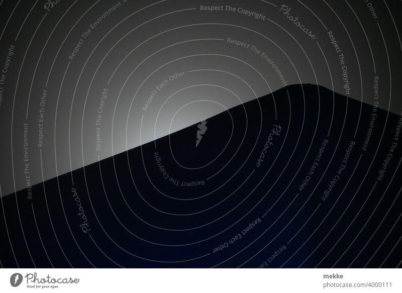 Diffuser Mondschein hinter Dachgiebel Mondlicht diffus diffuses licht Staub Sahara Saharastaub Streulicht Nacht dunkel Licht Dreieck schwarz Silhouette Natur