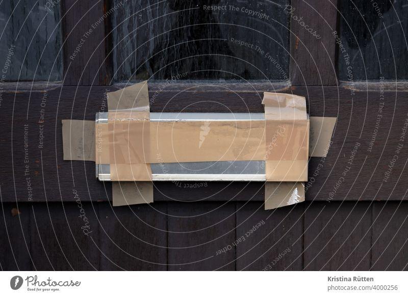 zugeklebter briefschlitz briefkasten briefklappe türeinwurf verklebt abgeklebt klebeband paketband umgezogen verzogen unbewohnt verlassen kein briefeinwurf