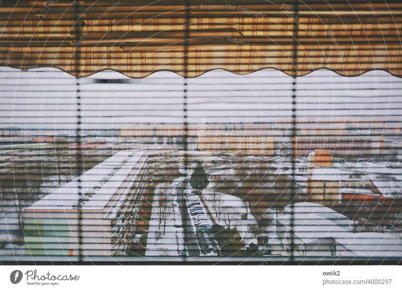 Phantom unscharf diesig Lamellen Jalousie Fassade Textfreiraum oben Himmel Totale bevölkert Kleinstadt Gebäude Menschenleer Vergangenheit Fenster Markise