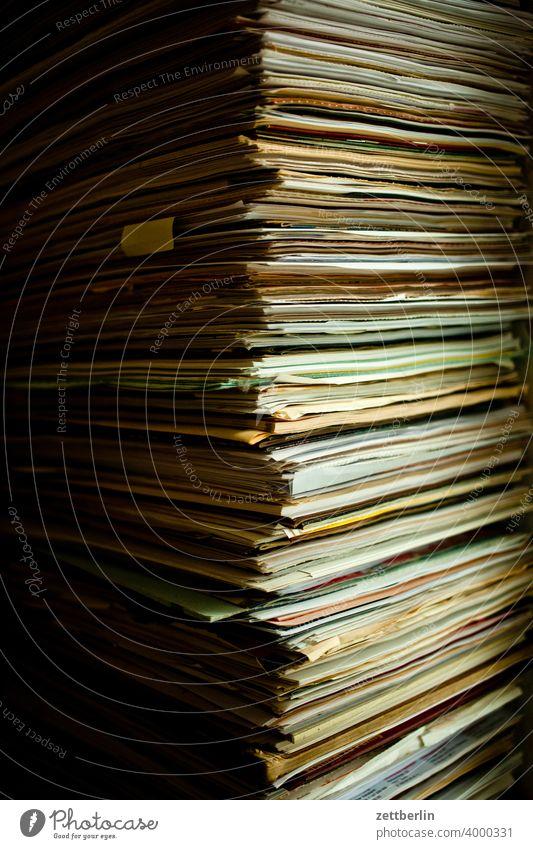 Papierstapel akten aktenstapel altpapier analog archiv ausruhen brief briefwechsel büro bürokratie büroschlaf datei daten dokument dokumentation papierstapel