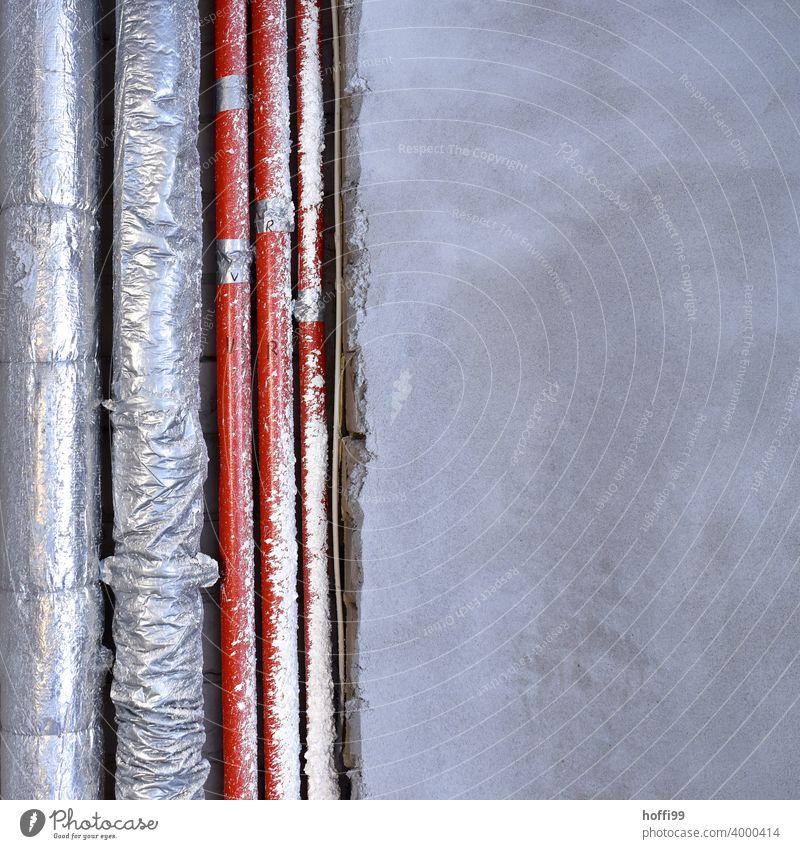 Rohre und Leitungen in einem Rohbau kurz vor dem Verputzen Baustelle Leitungen legen verputzen Anschluss Wasserleitung Versorgung Installationen gekrümmt