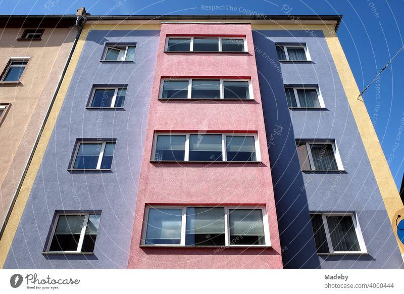Farbig und kontrastreich gestaltete Fassade im Stil der Fünfzigerjahre vor blauem Himmel bei Sonnenschein im Nordend von Frankfurt am Main in Hessen Wohhaus