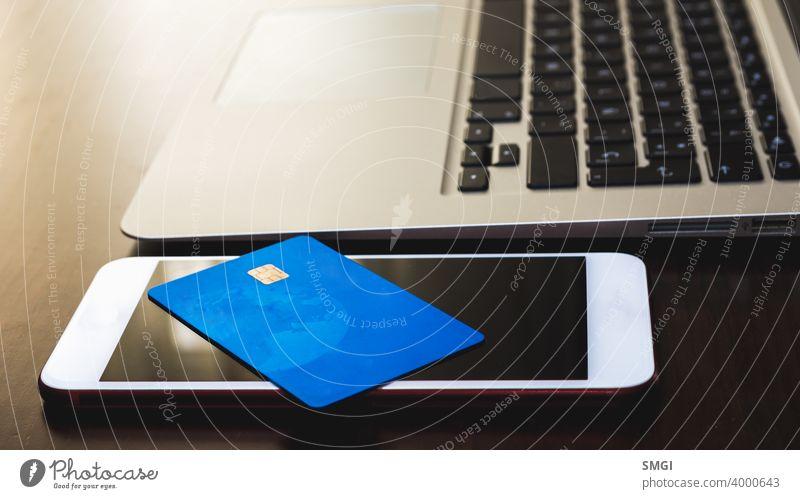 Nahaufnahme einer Kreditkarte auf einem Smartphone. Konzept der Kartenzahlung mit Smartphone. Erwachsener Banking Rechnung kaufen Postkarte Kasse Gewerbe