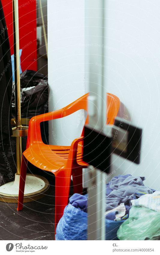 oranger stuhl Stuhl Tür Eingang Plastikstuhl Tasche Türgriff Ladengeschäft second hand offen