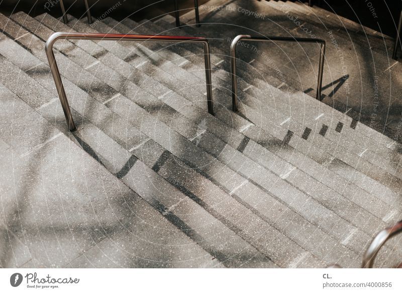 treppab Treppe Treppengeländer Treppenstufen abwärts Architektur Geländer Menschenleer runter Abstieg
