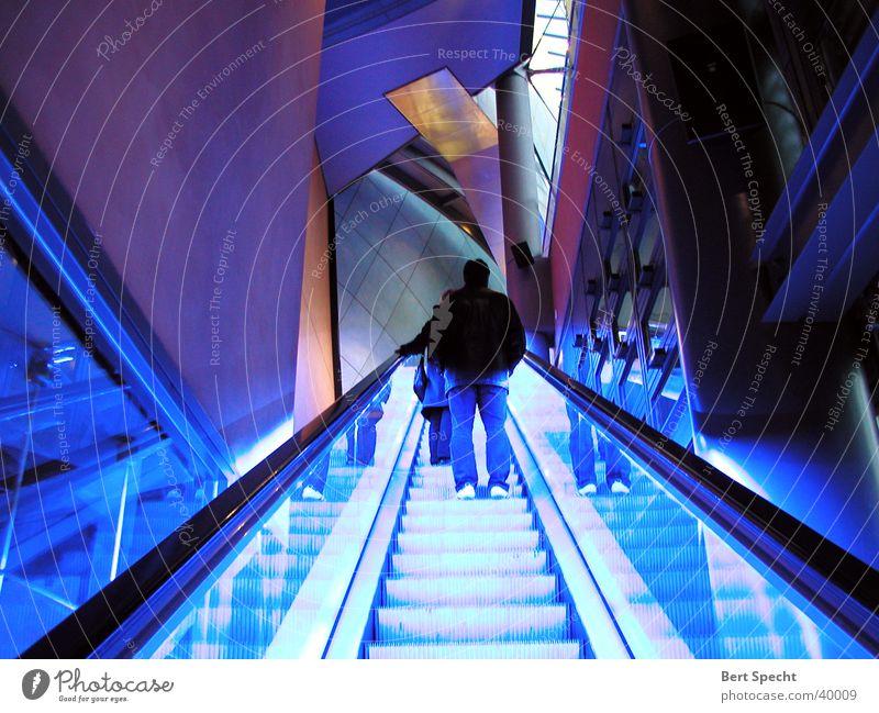 Aufgang Nachtaufnahme Rolltreppe sehr viele Langzeitbelichtung Neonlicht Architektur Berlin