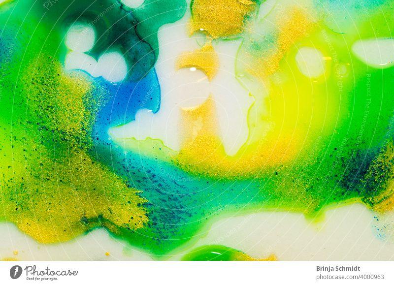 Flüssiger Aquarellfarbverlauf, Marmorierung in grün, blau, gelb und gold mit Blasen und Strukturen translucent indigo pattern liquid fluid bright sparkle wave