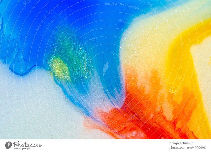 Flüssiger Aquarellfarbverlauf mit Blasen und Strukture in blau, rot, gelb und pink mit gold translucent red pattern liquid fluid bright sparkle wave backdrop