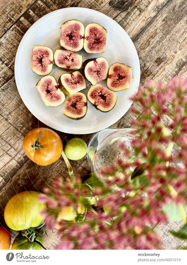 Frische Feigen Obstgarten frisch sommerfrische Holztisch Snack Snackbar Gesundheit gesund gesunder lebensstil Gesunde Ernährung Tomate Tomaten Blumenstrauß