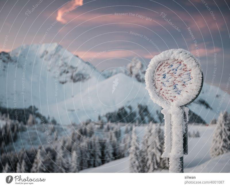 Gefrorenes Parkverbot Naturpark Gantrisch Schnee Winter gefroren kalt Felsen felsig winterlich gefrorener Boden Kälte Berge u. Gebirge Verkehrsschild frozen