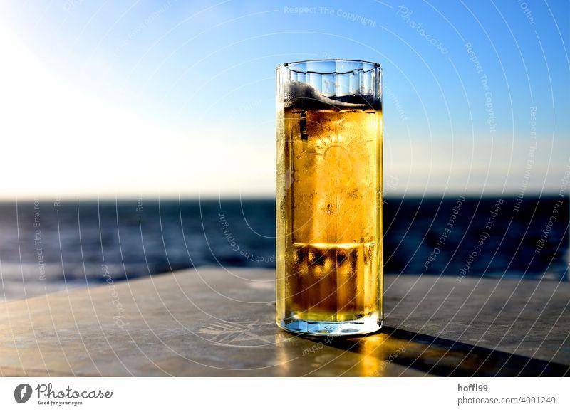 Bier im Glas bei Sonnenuntergang am Meer Bierschaum Bierkrug Durst Bierglas Licht Feierabend Feierabendbier trinken Getränk Alkohol Alkoholsucht