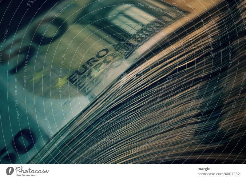 Ein Stapel 50 Euro Geldscheine Reichtum Kapitalwirtschaft Erfolg Bargeld kaufen Business Investition sparen Einkommen Geldinstitut Vermögen reich Gehalt
