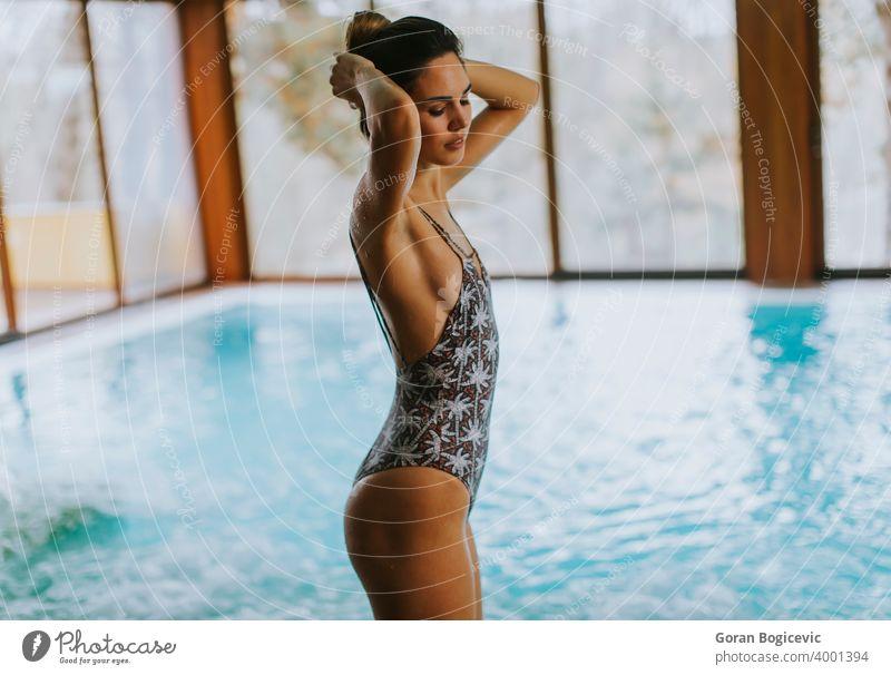 Schöne junge Frau steht am Schwimmbad schön Badeanzug attraktiv Pool Körper Wasser Erwachsener Lifestyle Stehen Schönheit Kaukasier schlank Badebekleidung