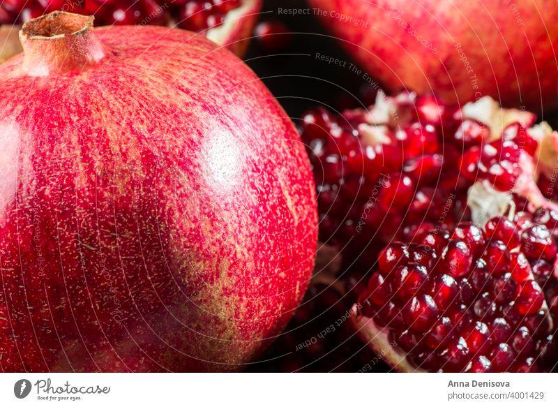 Reifer offener Granatapfel Hintergrund Frucht reif rot Gesundheit Lebensmittel organisch Vegetarier Samen saftig frisch Hälfte süß roh Natur hölzern Raum