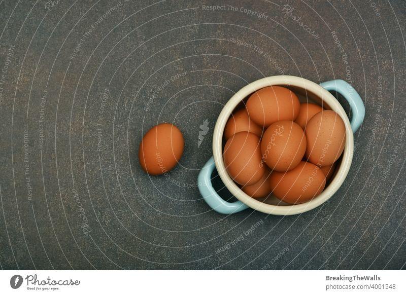 Schale mit braunen Hühnereiern auf dem Tisch Eier Hähnchen frisch Schalen & Schüsseln Pfanne pannikin Metall Menschengruppe eine viele Grunge dunkel Nahaufnahme