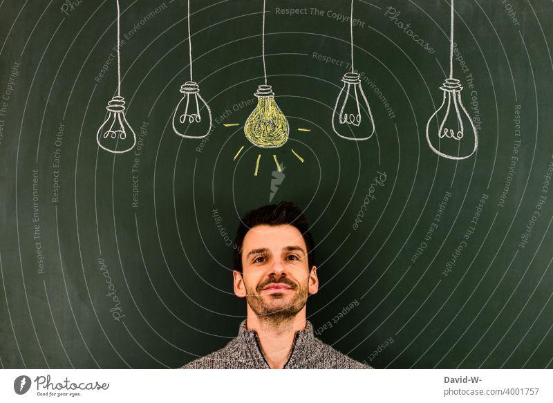 leuchtende Glühbirne über dem Kopf - Konzept / Einfall - Idee - Erleuchtung Erfolg Lösung geistesblitz Denken Innovation Licht Kreativität Kreide Tafel zeichung