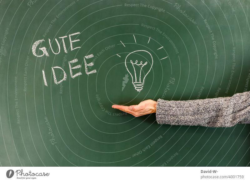Gute Idee - Einen Einfall haben Glühbirne lösung Antwort Kreativität innovativ Bildung Erfolg Schule lernen tafel kreide