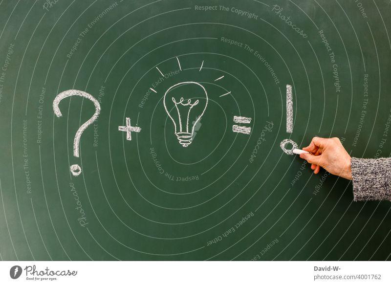 Konzept - Frage / Lösung / Antwort auf einer Tafel dargestellt Erfolg Lösungsweg Idee Einfall Glühbirne kreativ Bildung Kreide Zeichnung Mann Hand Inspiration