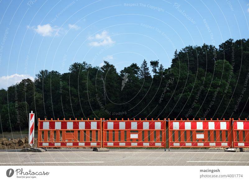 Geschlossene Gesellschaft (Absperrungen) Straßensperre Baustelle Baustellensicherung geschlossene Gesellschaft Barriere menschenleer Bauzaun Bauarbeiten