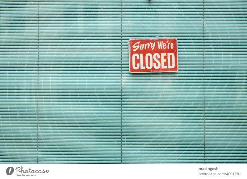 Schaufenster mit grüner Jalousie und GESCHLOSSEN-Schild Lockdown Ladenschluss Ladenschlusszeiten Ladengeschäft Gastronomie Sorry we're closed Hinweisschild