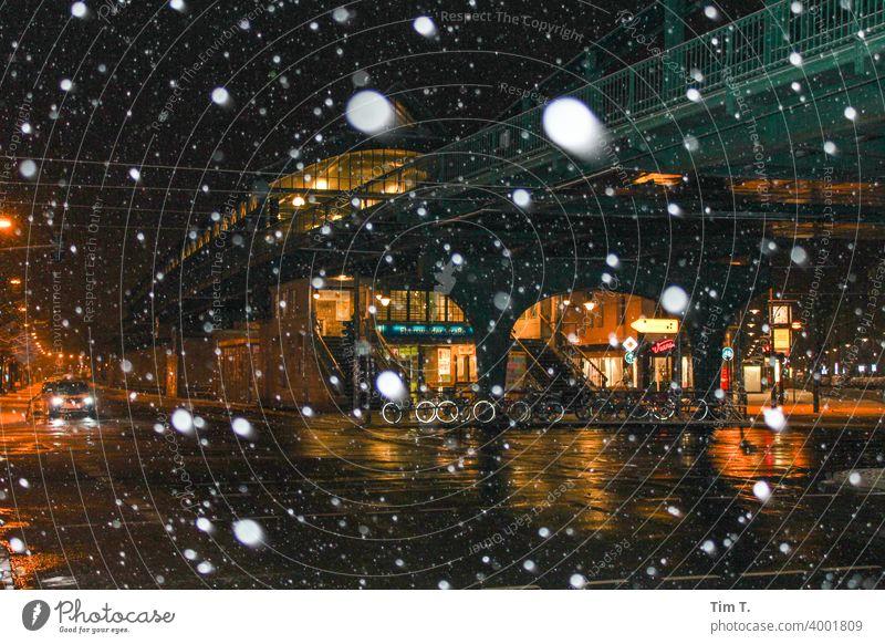 Ecke Schönhauser Allee in einer Winternacht Prenzlauer Berg Berlin Schnee schneien snowing night Stadt Stadtzentrum Altstadt Hauptstadt Außenaufnahme