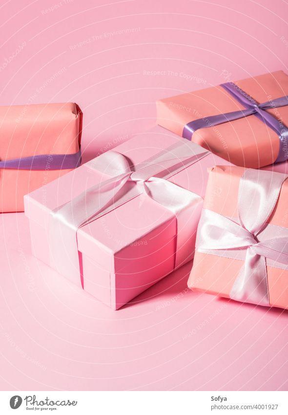Rosa gewickelt Geschenk-Boxen mit Bändern auf monochromen Hintergrund Kasten Babyparty rosa Valentinsgruß Tag Mutter Geburtstag Jahrestag Pastell eingewickelt
