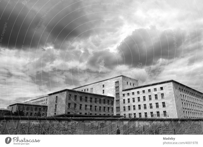 Blick über die Berliner Mauer in der Niederkirchnerstraße auf das Gebäude des Bundesministerium für Finanzen in der Wilhelmstraße im Stadtteil Mitte in der Hauptstadt Berlin, fotografiert in klassischem Schwarzweiß
