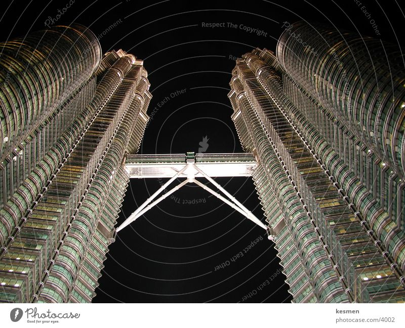 twin towers :: kuala lumpur Architektur Brücke Verbindung aufwärts Futurismus vertikal Bekanntheit Nachtaufnahme Malaysia Stahlkonstruktion himmelwärts
