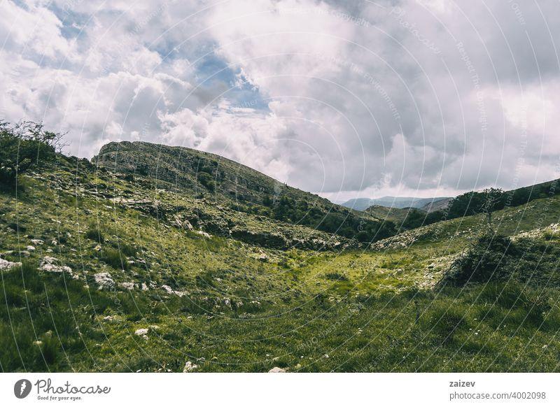 bewölkter tag in den bergen des naturparks der häfen, in tarragona (spanien). angefressen mehrschichtig Schlucht Natur im Freien Reiseziele Berge u. Gebirge