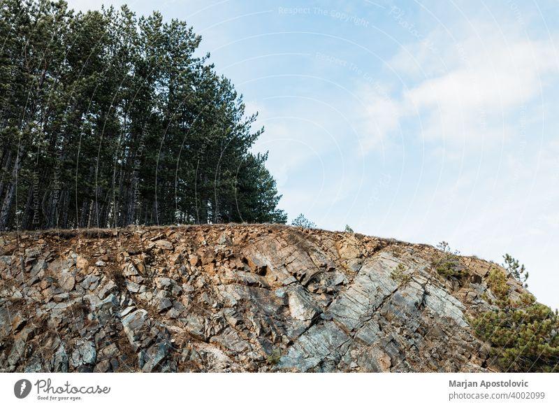 Felsige Landschaft des Waldes in den Bergen Abenteuer Hintergrund schön Schönheit blau Klippe Umwelt Europa erkunden Tanne grün wandern Hügel Berge u. Gebirge
