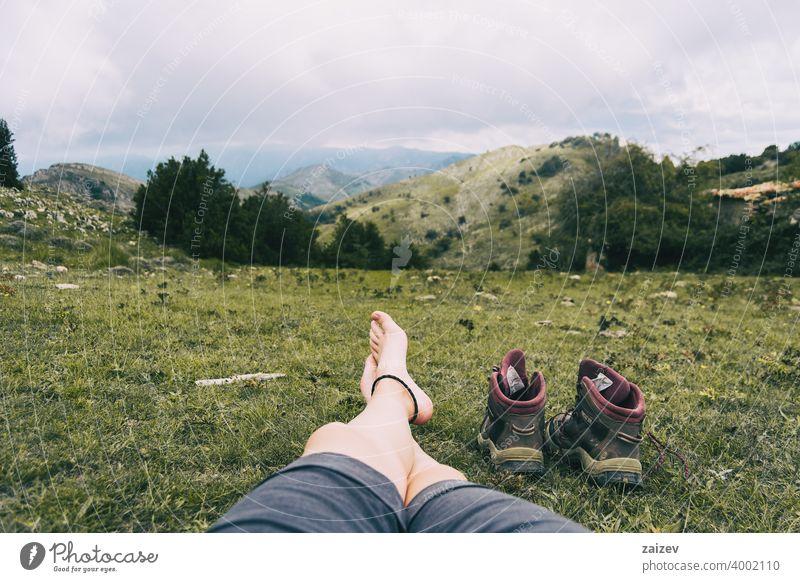 nackte Füße ruhen sich nach einer Bergbesteigung aus horizontal Zeh friedlich Wiederherstellung entspannend Einsamkeit Ruhe Kopierbereich Gelassenheit Haut
