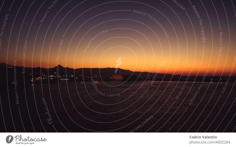 Küstenlandschaft und Hafen in Heraklion Nachglühen Flugzeug astronomisches Objekt Strand Boot Körper Großstadt Cloud Wolken Morgendämmerung Abenddämmerung