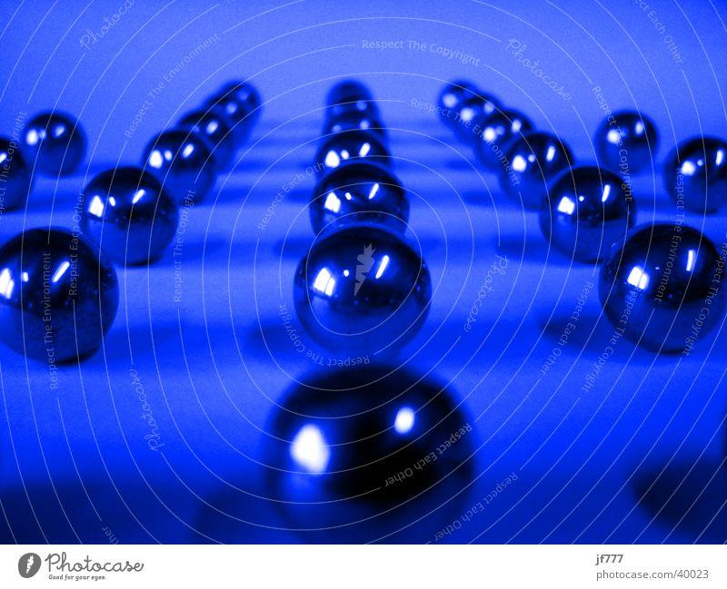 DieKugels blau Linie Metall Ordnung Dinge Kugel Formation Murmel Spielzeug Fluchtpunkt