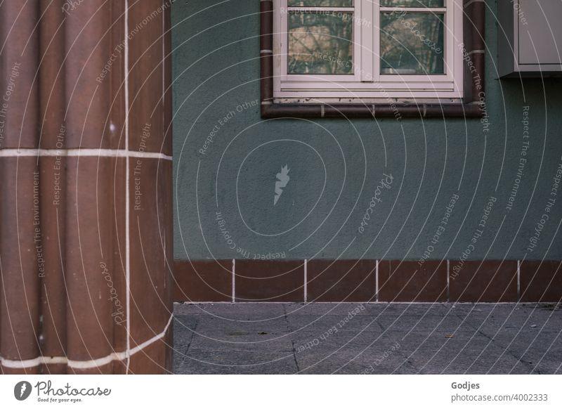 Hauseingang mit Säule und Fenster eingefasst in braune Fliesen Eingang Tür Gebäude Menschenleer Außenaufnahme Fassade Farbfoto Tag Wand Architektur Bauwerk alt