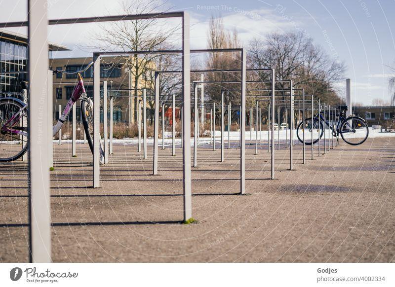 Fahrradständer auf einem öffentlichen Platz mit zwei Fahrrädern Fahrradfahren Außenaufnahme parken Menschenleer Verkehrsmittel Farbfoto Stadt Tag Mobilität