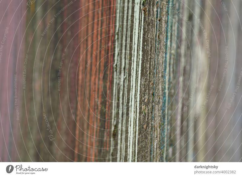 Farb Design aus unterschiedlichen Farbtönen an einer alten Mauer aus Beton Farbe Bunt Läufer neu linien schräg rote gelbe weiße lila grüne parallelen