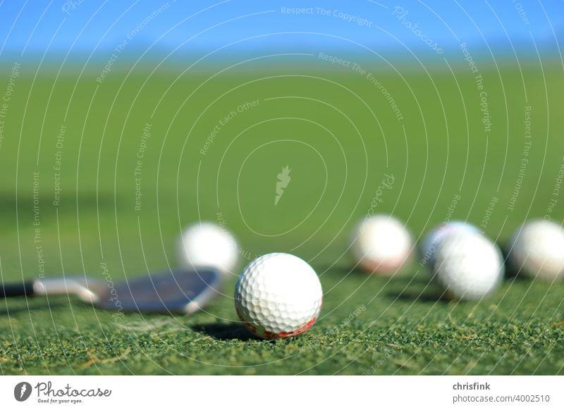 Golfbälle und Schläger auf Drivingrange golf ball golfball drivingrange sport freizeit urlaub reichtum Freizeit & Hobby Minigolf snob umwelt natur green loch