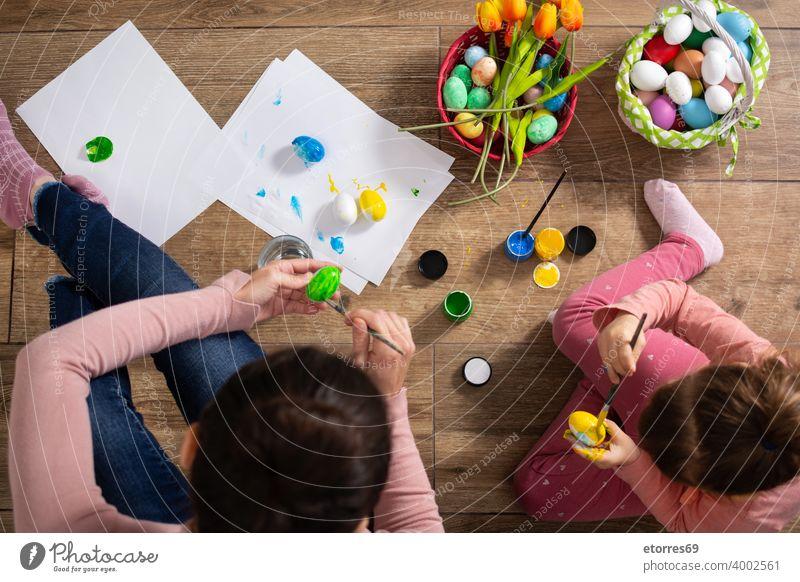 Eine Mutter und ihre Tochter malen Ostereier Baby Korb blond Hase Feier Kindheit Farben Kreativität Dekoration & Verzierung Ostern Familie Mädchen Fröhlichkeit