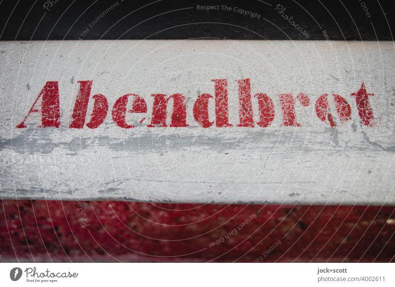 Abendbrot Schablonenschrift Typographie Wort Straßenkunst Subkultur Kreativität Detailaufnahme stencil Deutsch Berlin Zahn der Zeit verwittert Fensterbrett
