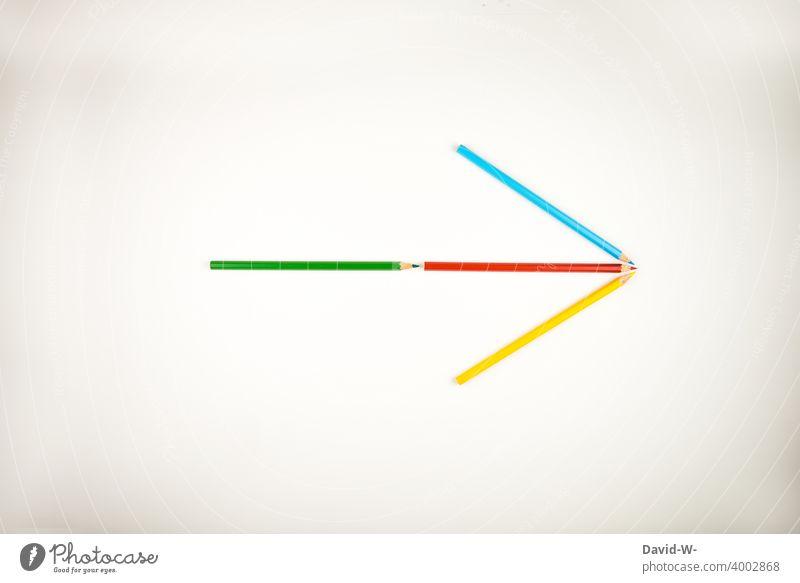 Pfeil aus Stiften zeigt in eine Richtung geradeaus Erfolg vorwärts Schule Kindergarten Start Beginn richtungweisend Buntstifte Ziel Kunst