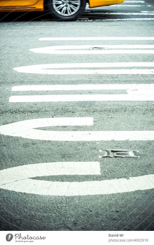 Schulweg - Straße und Taxi school überqueren gefahr Amerika Amerikanisch New York City USA Verkehr Großstadt