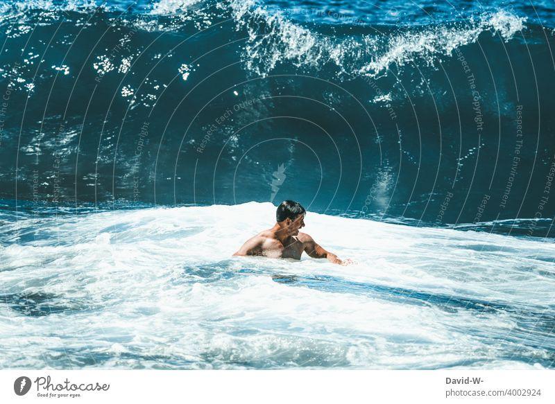 Riesige Welle im Anmarsch Meer Wellen groß Mann Wasser Gefahr Urlaub riesig hoch Ozean Risiko Wellengang bedrohlich
