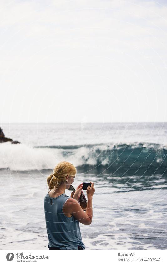 Urlaubsfoto - Frau fotografiert das Meer fotografieren Andenken Erinnerung Foto Handy Urlaubsgrüße Kamera Ferien & Urlaub & Reisen