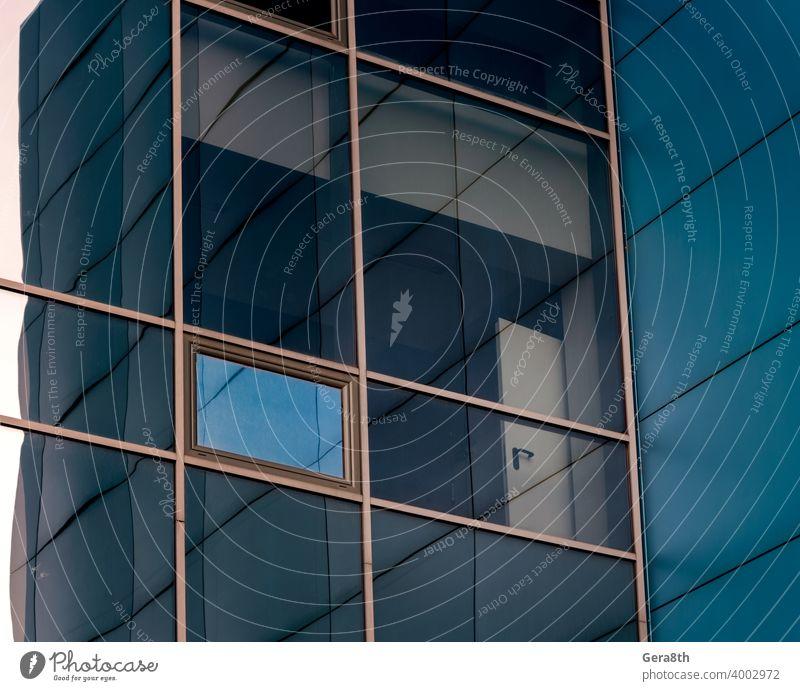verspiegelte Fenster der Fassade eines Bürogebäudes mit blauen Paneelen und gelben Fensterrahmen abstrakt Architektur Hintergrund blaue Wände Gebäudefassade