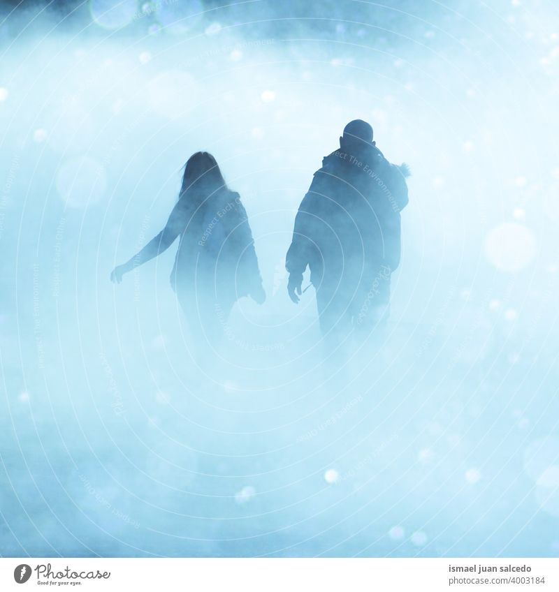 Paar zu Fuß auf der Straße in nebligen Tagen in der Wintersaison Menschen Person menschlich Fußgänger Tourist Tourismus Menge Großstadt urban Bilbao Spanien